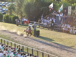Contrada San Martino getting the ring at the Giostra di Simone